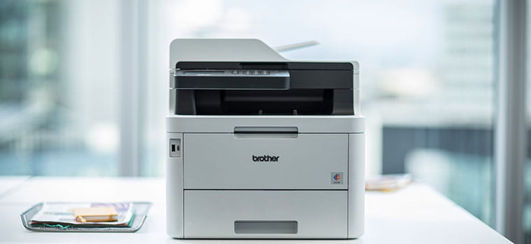 Brother MFC-L3270CDW laserski višenamjenski uređaj u boji na bijelom stolu u uredu
