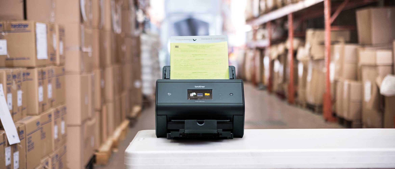 skener s dokumentom s crtičnim kodom na stolu u skladištu